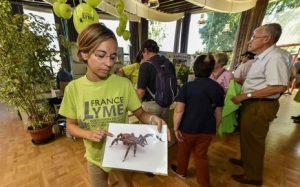 Stand d'information et de sensibilisation de l'association France Lyme a la maladie de Lyme transmise par les Tiques lors de la fête des jardins . Les militants distribuent des plaquettes d'information